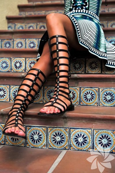 Gladyatör ayakkbıları giymenin de bir formülü var. Bu yaz sokakta bolca göreceğimiz gladyatör modası için küçük tüyoları uygulamaya ihtiyaç var.