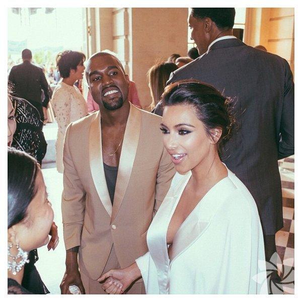 Kim Kardashian evlilik yıldönümünde instagram hesabından geçen yıl gerçekleşen düğününden en özel kareleri hayranları ile paylaştı.  Kim Kardashian ve Kanye West'in İtalya'daki düğünleri