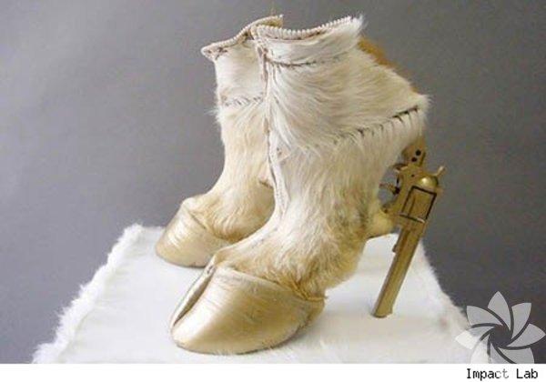 Oldukça değişik, hatta garip olan bu ayakkabıları giyen olduğunu görünce biz çok şaşırdık!  Oldukça ilginç ayakkabılar...