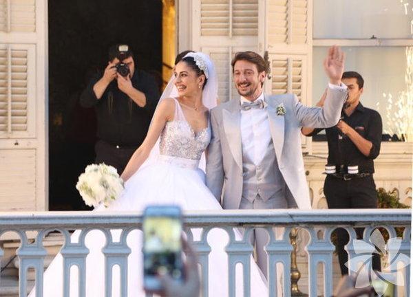 'İntikam' dizisi setinde başlayan aşklarını evlilikle taçlandıran Engin Hepileri ile Beyza Şekerci, önceki akşam dünya evine girdi.