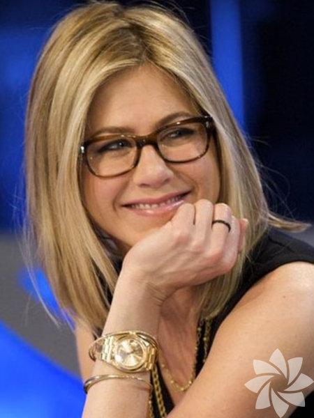 Siz de Jennifer Aniston gibi açık renk saçlara sahipseniz; gözlük seçiminizde kahverengini kullanarak yüzünüzde yumuşak bir denge sağlayabilirsiniz.