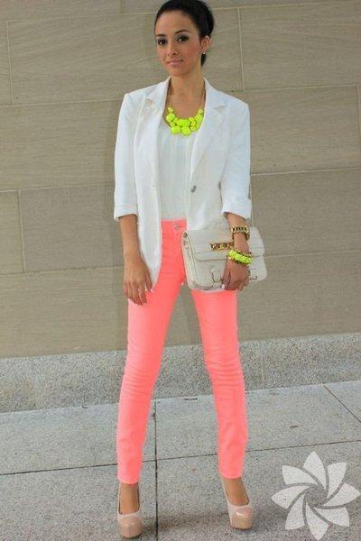 Kritik parçalardan biri olan neon kıyafetleri giyerken çok hassas bir çizgide yürüdüğünüzü bilerek ilerlemelisiniz. Şık olayım derken rüküş olmamak için bu tüyolara dikkat edin...