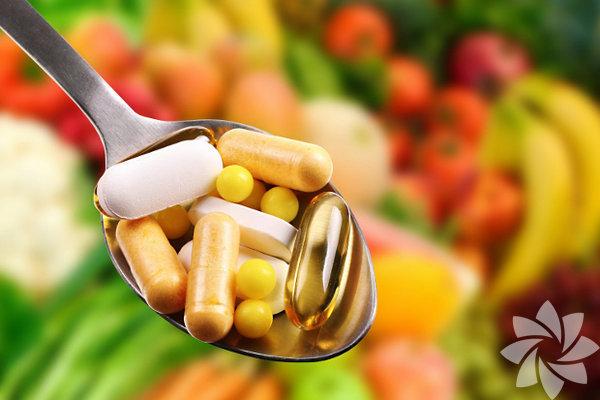 İşlenmiş yiyeceklerle beslenilen günümüzde, vitamin eksikliği çekmek oldukça doğal. Bunun sebebi doğru besinleri tüketmemek ya da sindirim sorunları yüzünden olması gerektiği gibi özümseyememek olabilir. Hastalanmayabilirsiniz ama vitaminler vücutta tüm biyokimyasal reaksiyonlarda kofaktör olduğu için işleyiş bozuklukları yaşarsınız. Ve bu aksaklıklar bazen gizemli yollarla tezahür edebilir.