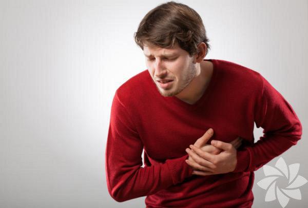 """1. Kalp hastalığı Her dört erkek ölümünden birinin sebebi kalp hastalığı. Herkes egzersiz yapmanın riski azalttığını bildiği halde bunu uygulayanların sayısı yeterli değil. """"Pasif içici olmak da en az günde bir paket sigara içmek kadar risk taşıyor"""" diyor Florida Üniversitesi Biyomedikal Bilimler Profesörü, Kardiyolog James M. Rippe.Sigara içmiyor, içilen ortamlardan uzak duruyor ve hali hazırda egzersiz yapıyorsanız, bol bol su tükettiğinize de emin olun. Amerikan Epidemiyoloji gazetesine göre, günde 5 bardak su içen erkekler içmeyenlere göre yüzde 54 daha az kalp krizi riski taşıyor. Bunun sebebi suyun kanı sulandırması ve olası pıhtıları azaltmasıdır."""