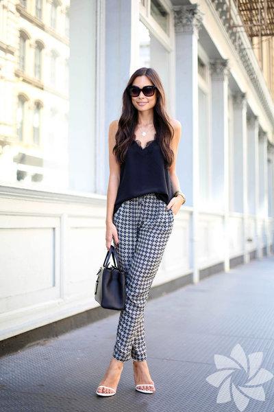 Bu senenin modası baskılı, desenli pantolonlar. Nasıl giymek gerekir, neyle kombinlemeli. İşin incelikleri bu haberde...  Baskılı pantolonlar giyecekseniz öncelikle dikkat etmeniz gereken şeyin kısa üstler olduğunu göreceksiniz. Beli yüksek olan bu pantolonları düz üstlerle birleştirebilirsiniz.