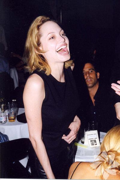 Angelina Jolie 1999'da bir hayır konserinde.