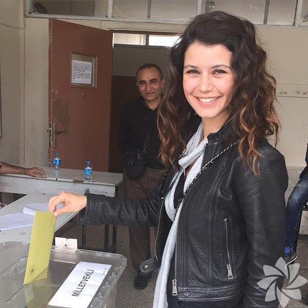 Ünlüler, 07 Haziran 2015'te yapılan genel seçimle ilgili İnstagram hesaplarından bu fotoğrafları paylaştı. Beren Saat