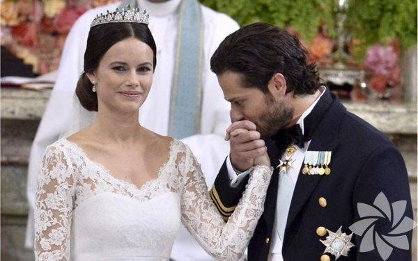 İsveç Prensi Carl Philip 5 yıldır birlikte olduğu eski manken Sofia Hellqvist'le evlendi.  36 yaşındaki Prens Philip, 30 yaşındaki eski manken Sofia Hellqvist'le 5 yıldır birliktelik yaşıyordu.
