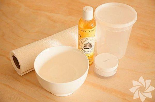 Malzemeler - Mikrodalgada kullanılabilen kase - Su - Hindistancevizi yağı - Göz yakmayan bebek şampuanı - İster plastik ister cam hava geçirmez kavanoz - Kağıt havlu rulosu - Maket bıçağı
