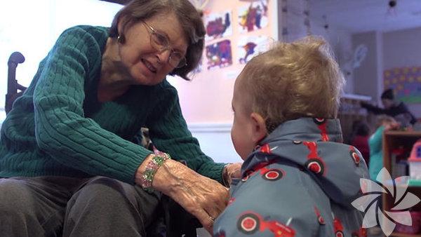 """Çocukların ve yaşlıların hayatını olumlu yönde değiştirmek için kurulan """"Nesillerarası Öğrenme Merkezi"""" (Intergenerational Learning Center –ILC), yaşlılarla küçük yaştaki çocukları bir araya getiriyor."""
