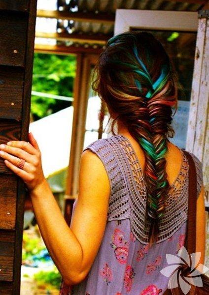 Son zamanlarda en çok tercih edilen arasında yer alan renkli saçlar kendine güvenenlerin tarcihi.