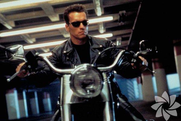 """Terminator 2: Mahşer Günü 1991  (Terminator 2: Judgment Day)  Yönetmen: James Cameron İlk filmin """"yokedici"""" robotu bu kez iyilerin yanında. Schwarzenegger, """"soydaşı"""" makinelere karşı insanlık uğruna savaşırken sevginin önemini anlayan ama bu arada """"kapıyı kaportayı dağıtan"""" Terminator rolünde kariyerinin en iyi performanslarından birini çıkarıyor."""