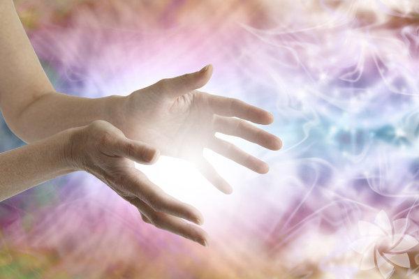 İnsanoğlu yalnızca fizik bedeninden oluşmuyor. Bir de enerji bedenimiz var. Enerji bedenimizin olumsuz etkilenmesi hücresel strese, hücresel stres ise kansere kadar birçok hastalığa sebep olur. İşte enerji dengemizi bozan unsurları ve neler yapabileceğimize ilişkin bazı öneriler... 1- Elektormanyetik kirlilikElektromanyetik dalgalar,  kullandığımız elektronik alet çokluğu nedeniyle günlük yaşamımızda  giderek artarken, bunun yol açtığı rahatsızlıklara ilişkin araştırmalar  da artıyor. Özellikle bağışıklık sistemini güçsüz düşürdüğü ve bu  nedenle de birçok hastalığa davetiye çıkardığı bilinen elektromanyetik  kirliliğin en önemli kaynakları yüksek gerilim hatları, kablosuz  İnternet ağları, cep telefonları, mikrodalga fırınlar, saç kurutma  makinaları, elektrikli ulaşım ağları…