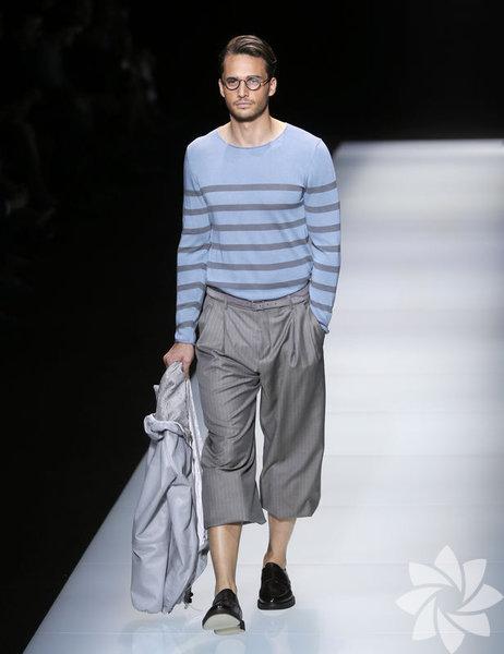Moda dünyası geçen haftalarda erkek moda haftalarına kilitlendi. 2016 sonbahar-kış trendleri modanın başkentleri Londra, Milano ve Paris'te ünlü tasarımcılar ve markalar tarafından sunuldu, yeni trendler belirlendi. Erkekler için düzenlenen defilelere ilgi büyüktü. Kadınlara hitap eden moda endüstrisinin artık, kendine bakan, modayı ve trendleri takip eden erkekleri de etkisi altına aldığı bir gerçek. Zaten moda haftalarını takip eden, trendleri stiline uyarlayan ve sokağın nabzını tutan stil sahibi erkekleri fark etmemek imkânsız. Trendsetter beyler için moda haftalarının ardından 2016 ilkbahar-yaz sezonunun öne çıkan trendlerini inceledik. Şimdiden 2016 yazına hazırlanmaya ne dersiniz?