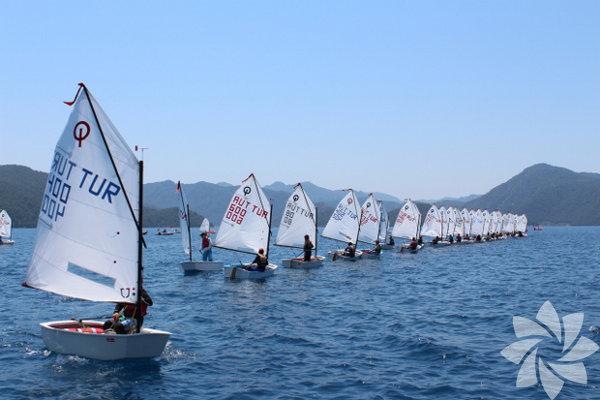"""Martı Marina Yacht Club Martı Marina & Yacht Club """"Yelken Yaz Okulu"""" düzenliyor. Temmuz - Eylül arasında 2'şer haftalık yelken eğitimleri optimist ve laser olmak üzere 7-17 yaş grubuna yönelik hazırlandı. Bu yıl 4 dönemde gerçekleşecek yelken yaz okulunun ilki 1 Temmuz'da başladı. 5 Eylül'e kadar 2'şer haftalık dönemlerde düzenlenecek yaz okulu için kayıtlar devam ediyor. Yelken eğitimini uzman eğitmenler tarafından veriliyor. 7-12 yaş grub için optimist ve 13 – 17 yaş grubu için laser sınıfına yönelik planlandı. Karada ve denizde günde 6 saatten toplam 36 saatlik teorik ve pratik eğitimin tasarlandığı kurs sonunda katılımcılara sertifika verilecek. İleriki yıllarda da deniz yaşantısını sürdürmek isteyen kursiyerler için lisans çıkartma ve uzun vadede yarışçı olabilme imkanı da sunulabiliyor. Yaz okulu programı her gün 10:00'da Martı Marina & Yacht Club'da buluşma ile başlıyor. Ardından hava ve deniz koşullarına göre eğitimler planlanıyor. Öğle yemeği ardından saat 16:30'a kadar eğitimler devam edecek. Genç denizciler saat 17:00'de teknelerin toplanması ardından dinlenmeye geçecek."""