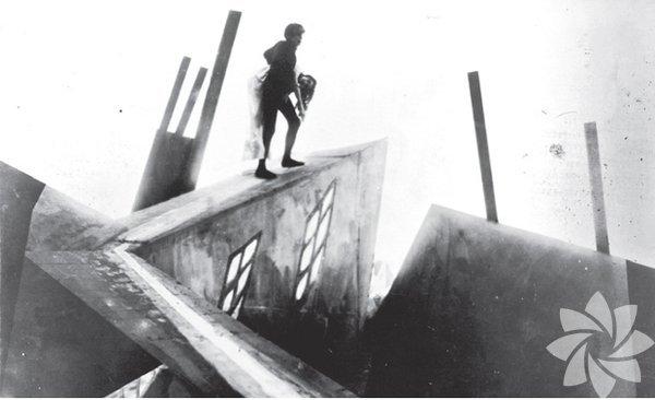 Dr. Caligari'nin Kabini 1920 (Das cabinet des Dr. Caligari) Yönetmen: Robert Wiene. Görsel atmosferin de en az hikâye kadar önemli olduğunu ispat eden ilk filmlerden. Sıkı bir ekip çalışması sonucu gerçeklik algısını zorlayan set tasarımları ve ışık oyunlarıyla Alman dışavurumcu estetiğini sinemaya yansıtan yönetmen Wiene, sinema tarihinin ilk seri katil filmlerinden birine de imza atıyor. Öykü ise seyirciyi ters köşeye yatıran finaliyle dönemin sinemasına göre devrimci bir nitelik taşıyor.