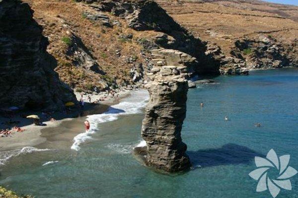 Andros  Ege'deYunanadası ve ilçe.Kyklad Adalarınınen kuzeyinde bulunan Andros, 380km² yüzölçümüyle ikinci büyük adadır.. Ormanlık, sulak ve dağlık bir adadır. Doğu kıyısında bulunan ilçe merkezinde çok sayıdaArnavut(Arvanitler) yaşar. Andros kasabasının güneyinde Korthion limanı, kuzeyinde ise birVenedikkalesi ve ortaçağdan kalma bir kasabanın yıkıntılarının bulunduğu Palaiokastron vardır. İlkçağda adanın merkezi olan Palaipolis'in yıkıntıları arasında, batı kıyısındaki Palaipolis adlı küçük köy de yer alır.