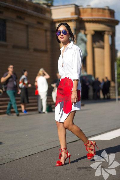 Fazla dikkat çekici bir renk olduğundan her zaman tercih edilmese de bu sezon gardırobunuzun en iddialı parçası olmaya aday.  Beyaza en çok yakışan kırmızıyı püskül detaylı ayakkabıyla tamamlamak mümkün.