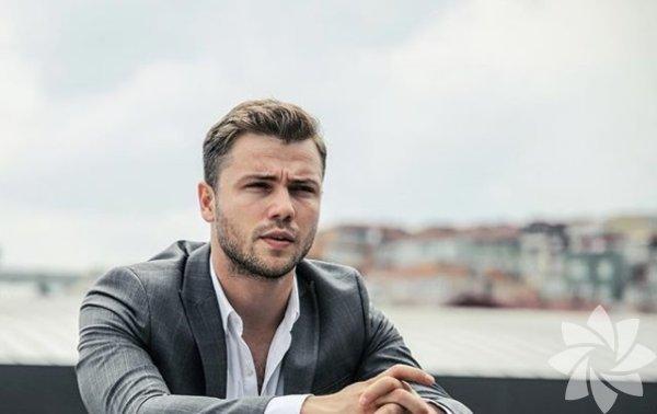 Tolga Sarıtaş, 1 Ocak 1991 tarihinde, İstanbul'da doğdu.