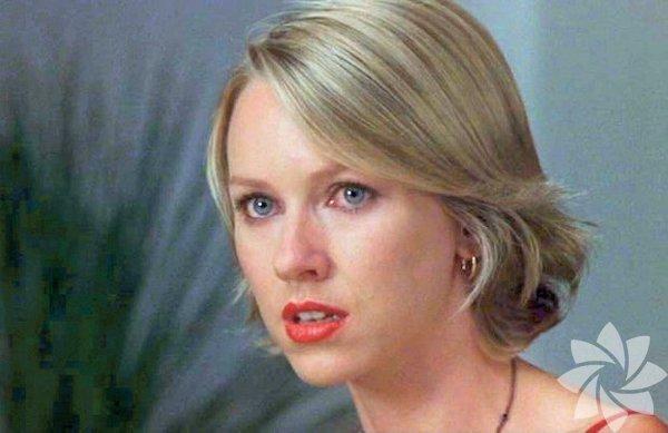 """Mulholland Çıkmazı- 2001  (Mulholland Dr.)  Yönetmen: David Lynch Lynch'in başyapıtı, yıllarca istediği rolleri bir türlü alamayan Naomi Watts için mükemmel bir çıkıştı. """"Deneme çekimi"""" sahnesinde gösterdiği performansla eleştirmenleri kendine hayran bırakan Watts, """"Betty""""yi oynadığı sahnelerde çok iyiydi. Seyircinin karşısına """"Diane Selwyn"""" olarak çıktığı bölümde ise mükemmeldi ve role getirdiği duygusal yorumla bilmeceyi andıran """"filmin anlam dünyası""""na büyük katkı sağlıyordu."""