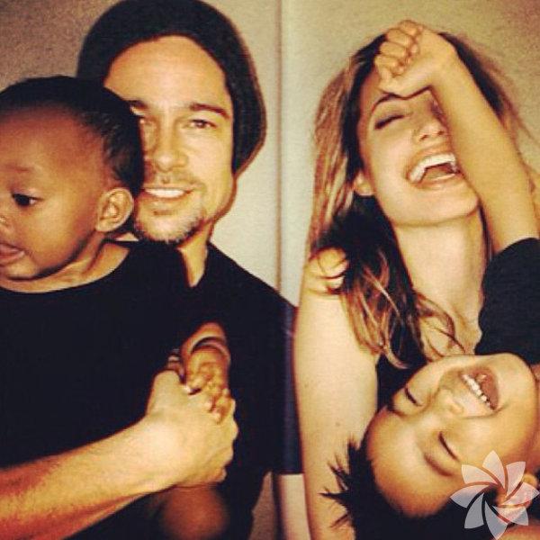 En beğenilen çiftler arasında olan Brad Pitt ve Angelina Jolie'nin mutlu aile fotoğraflarını derledik!  Evlilikleri ve yaşam tarzları ile beğenileri toplayan Brad Pitt ve  Angelina Jolie çifti evliliklerinin sırlarını 5 madde ile açıkladılar.