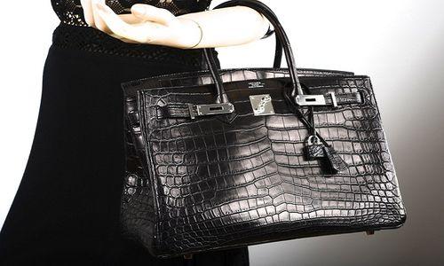 fd124f19fca66 Listedeki bir diğer Hermes çanta; Hermes Mat Timsah Birkin. Daha önce de  belirttiğimiz gibi Hermes; lüks parçaları, özellikle de çantalarıyla bir  ikondur!