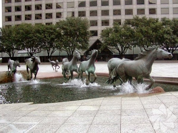The Mustangs ofLas Colinas, Texas, USA Dünyanın en büyük at heykeli grubu olarak tarihe geçmiştir. Bronzdan yapılma atlar normal atlardan 1 kat daha büyüktür. Nehirde koşuyorlar izlenimi verilmek için atların ayak kısmına özel bir su sistemi yapılmıştır. The Mustangs ofLas Colinas, Texas, USA  Dünyanın en büyük at heykeli grubu olarak tarihe geçmiştir. Bronzdan yapılma atlar normal atlardan 1 kat daha büyüktür. Nehirde koşuyorlar izlenimi verilmek için atların ayak kısmına özel bir su sistemi yapılmıştır.