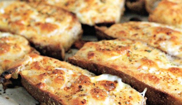 Fırında beyaz peynirli yumurtalı ekmekler