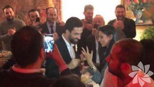 Arda Turan önceki akşam, yakın arkadaşı Saffet Ulusoy'un doğum gününde uzatmalı sevgilisi Aslıhan Doğan'a 500 bin TL değerinde 5 kıratlık tektaş yüzükle evlilik teklifi ederek büyük bir sürprize imza atmıştı.