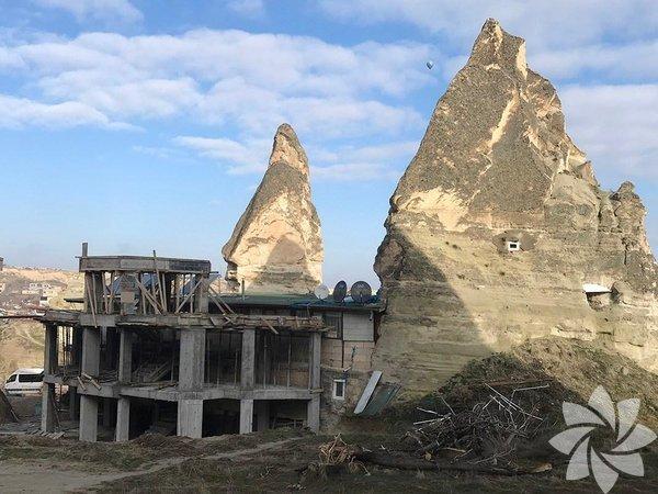 """Kapadokya, Peribacaları Nevşehir'in Göreme ilçesinde bulunan ve her yıl milyonlarca turistin ziyaret ettiği Kapadokya Peribacaları'nın yanında yapımına başlatılan otel inşaatı. Göreme Belediye Başkanı Nuri Cingil, """"Otel imar planı dahilinde. İmar planı uygulanırken yetkili kurum ve kuruluşlarca da bu yapı planı onaylanmıştır"""" açıklanmasında bulundu."""