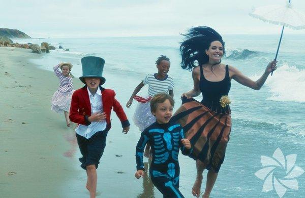 Angelina Jolie, çocukları ve eşiyle birlikte Vogue dergisine poz verdi.