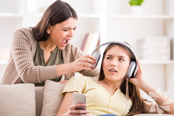 Saygılı olmamak Evet, doğru okudunuz. Ebeveynler çocuklarının kendilerine saygılı olmasını isterler ama kendilerinin de çocuklarına aynı şekilde yaklaşması gerektiğini sıklıkla unuturlar. Yapılan en büyük disiplin hatalarından biri çocuklara bağırmak, kaba ve öfkeli bir ses tonuyla konuşmak ya da hakaret etmektir. Çocuklarınızdan saygı bekliyorsanız, siz de onlara saygılı olmayı öğrenmelisiniz. Çözüm: Bir aile bireyi ya da iş arkadaşınız ile sorun yaşadığınızda, sizinle nasıl konuşulmasını isteyeceğinizi düşünün. Çocuğunuz gözlerine bakarak ve gerekirse onun boyuna inerek, nazik (ama hala sağlam) ve saygılı bir şekilde eldeki sorunu tartışın. Ve ne kadar sinirli olursanız olun, sakin olmaya çalışın; bağırmaktan ve çocuğunuzu küçümsemekten kesinlikle kaçının.