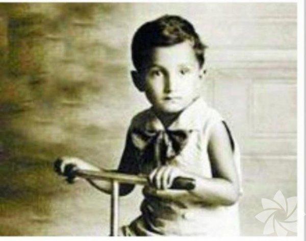 Bülent Ecevitin çocukluğu... 28 Mayıs 1925 İstanbul doğumlu.