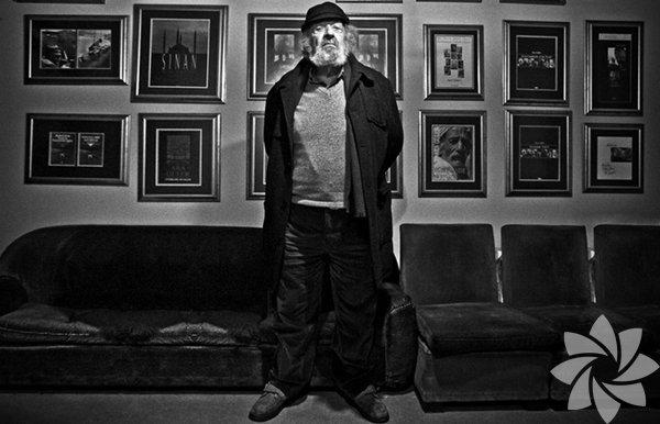 Kendisini 'fotoğraf sanatçısı' olarak değil, 'foto muhabiri' olarak tanımlamayı seçen Ara Güler, 1950'de Yeni İstanbul gazetesinde çalışırken çektiği ilk haber fotoğrafından beri milyonlarca fotoğraf çekti. Ödüller aldı, kitapları basıldı, dünyaca ünlü isimleri fotoğrafladı.