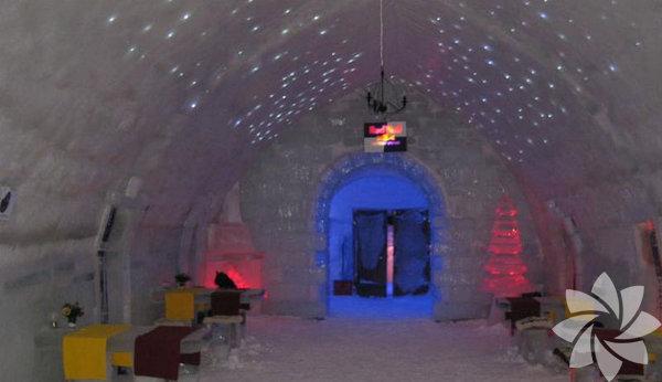 Büyüleyici bir buz otel deneyimi Cirtisoara, Romanya  Bembeyaz karlarla kaplı romantik bir tatil ve buz otel deneyimini hoş bulan ama o kadar kuzeye çıkmak istemeyenler için Romanya'daki kış merkezi Cirtisoara ideal bir tatil destinasyonu olabilir. Balea Gölü yakınında bulunan Balea Ice Hotel, gölden çıkarılan buz bloklarından yapılmış. Odalarında el oyması buz yataklar bulunuyor, misafirler için de Ren geyiği kürkünden imal edilmiş termal battaniyeler temin ediliyor.