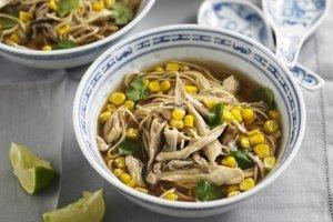 Tavuklu ve mısırlı noodle çorbası - Lezzetli ama az yağlı bir akşam yemeğ...