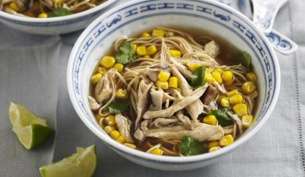 Tavuklu ve mısırlı noodle çorbası