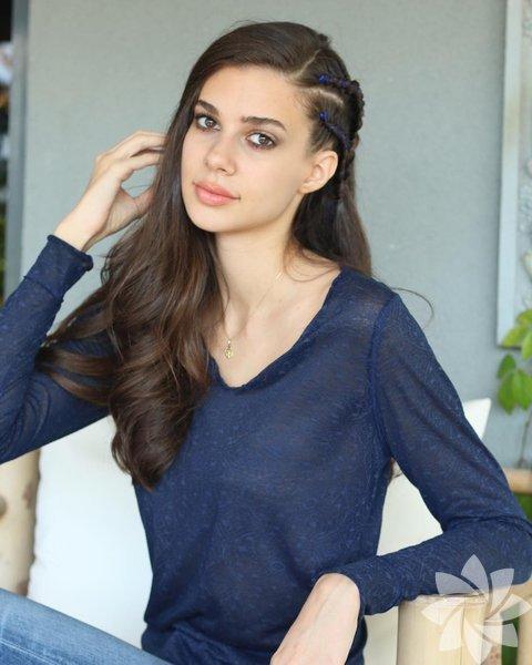 Defne Samyeli ve Eren Talu'nun kızı olan Deren Talu, 1997 yılında, İstanbul'da doğdu.