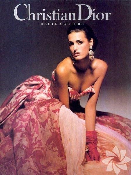 Moda dünyasının dev isimlerinin geçmişte nasıl işlere imza attıklarını görmeye ne dersiniz? İşte Chanel'den Christian Dior'a Yves Saint Laurent'ten Valentiona'ya kadar pek çok önemli markanın Haute Couture reklam kampanyaları...