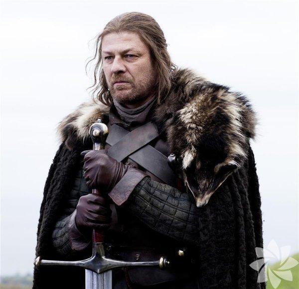 """Eddard Stark, daha bilinen ismiyle """"Ned"""", Stark Hanesi'nin başı, Kışyarı Lordu ve Kuzey Muhafızı'dır. Catelyn Tully ile evli olan Ned'in Robb, Sansa, Bran, Arya, Rickon ve Jon Snow'un babalarıdır.Demir Taht'ı kazanması için yardım ettiği ve birlikte baş kaldırdığı, en sonunda Ned'i El'i olarak isimlendirdiği Kral Robert Baratheon ile arkadaştır. Kralın ölmesinden sonra tahta geçen oğluKral Joffrey tarafından hapse atıldıktan sonra infaz edilmiştir.Dizide, Sean Bean tarafından canlandırılmıştır. Game Of Thrones 6. sezondan kareler"""