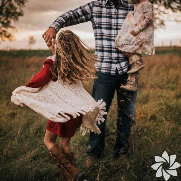 Kızınızın sevginize ihtiyacı var Sevginizi ifade edebilmeyi öğrenin ve kızınıza gösterin. Paranızdan ya da alacağınızdan hediyelerden çok, sevginize ihtiyacı var. Söz konusu güven ve inanç olduğunda, dünyada babasının yerine geçebilecek hiç kimse yok. %100 emin olması gereken tek bir şey var; o da onu ne olursa olsun daima seveceğiniz gerçeği.