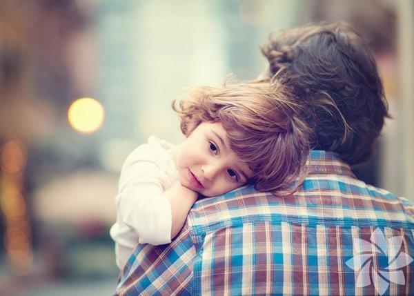 1.Kızınızın sevginize ihtiyacı var: Sevginizi ifade edebilmeyi öğrenin ve kızınıza gösterin. Paranızdan ya da alacağınızdan hediyelerden çok, sevginize ihtiyacı var. Söz konusu güven ve inanç olduğunda, dünyada babasının yerine geçebilecek hiç kimse yok. %100 emin olması gereken tek bir şey var; o da onu ne olursa olsun daima seveceğiniz gerçeği.