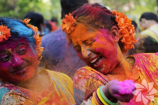 Renklerin festivali olarak bildiğimiz diğer adıyla Holi festivali, Şubat ve Mart aylarının dolunay gününde kutlanır.