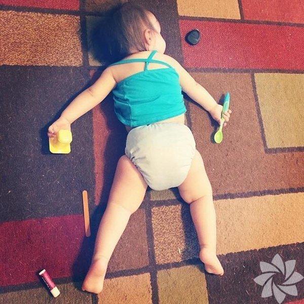 Çocuk dediğin her yerde uyur...