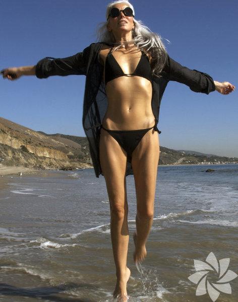 """California'lı model Yasmina Rossi, ömrünün sonuna kadar modellik yapmaya kararlı. Dailymail'e verdiği röportajda işinin eğlenceli kısmına odaklandığını söyleyen 60 yaşındaki model, """"benim için modellik demek güzelliğe şahitlik etmek demek, bu enerji hepimizi hayatta tutuyor"""" dedi."""