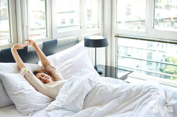 """1. Uyanır uyanmaz tebessüm edin """"Yataktan çıkmadan önceki saniyeleri nefesinize sahip çıkmak için kullanın"""" diyen Thich Nhat Hanh, gülümsemenin iyileştirici etkisine dikkat çekiyor. Güne gülümseyerek başlarsanız, gülümseyerek devam edebilirsiniz. Tavanınıza ya da duvarınıza hatırlatıcı bir işaret koyabilir, her güne gülümseyerek başlamayı alışkanlık haline getirebilirsiniz."""