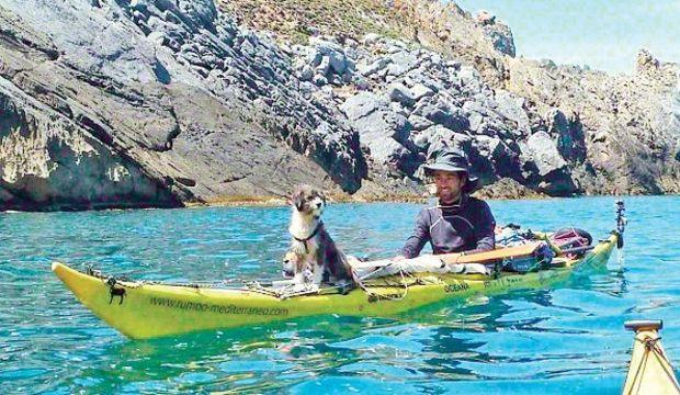 Köpeğiyle mavi sularda yaşıyor