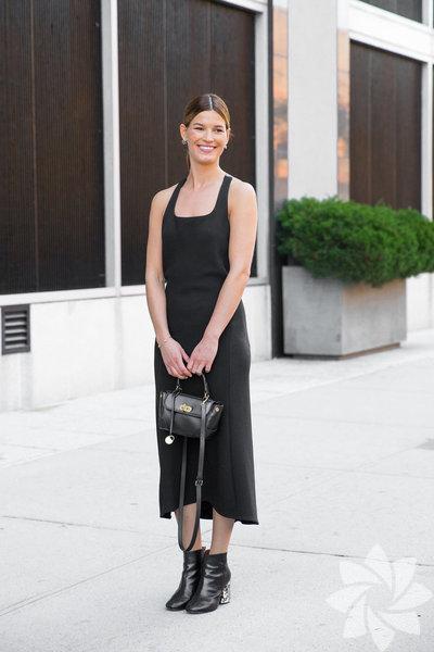 Siyah basic elbise günün kurtarabilir.