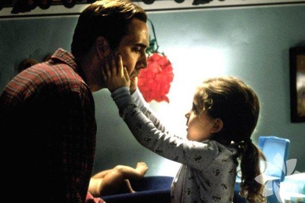 Aile Babası (The Family Man) Bu filmin hafif bir aile komedi-dramı olduğunu düşünüyorsanız, çok şaşıracaksınız. Film, peri masalıymış gibi görünse de ciddi konulara değiniyor ve temel aile değerlerini destekliyor. Kesinlikle iyi bir alkışı hak ediyor.