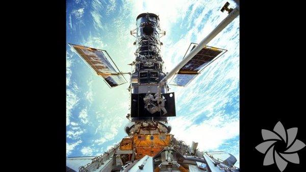 1990 yılında Dünya etrafındaki yörüngesine yerleştirilen Hubble Uzay Teleskobu (HUT), uzay araştırmalarında bugüne kadar kullanılmış en başarılı araçlardan biri. Kaydettiği görüntülerle uzay araştırmacılarına yeni kapılar açarken, biz ölümlü Dünyalıları da evrene hayran bırakmaya devam ediyor.